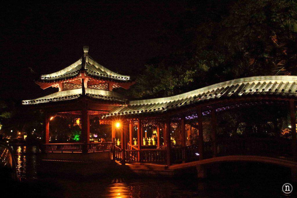 Lago Shan Hu iluminado para la ocasión.