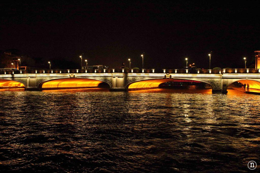 Puente iluminado.