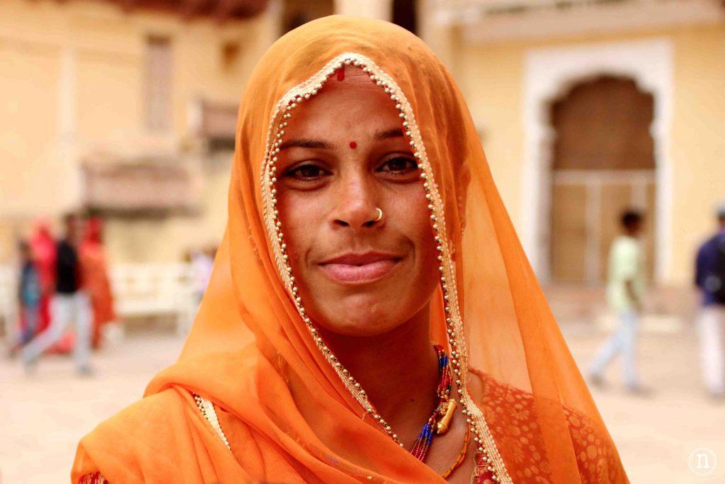 mujer de naranja