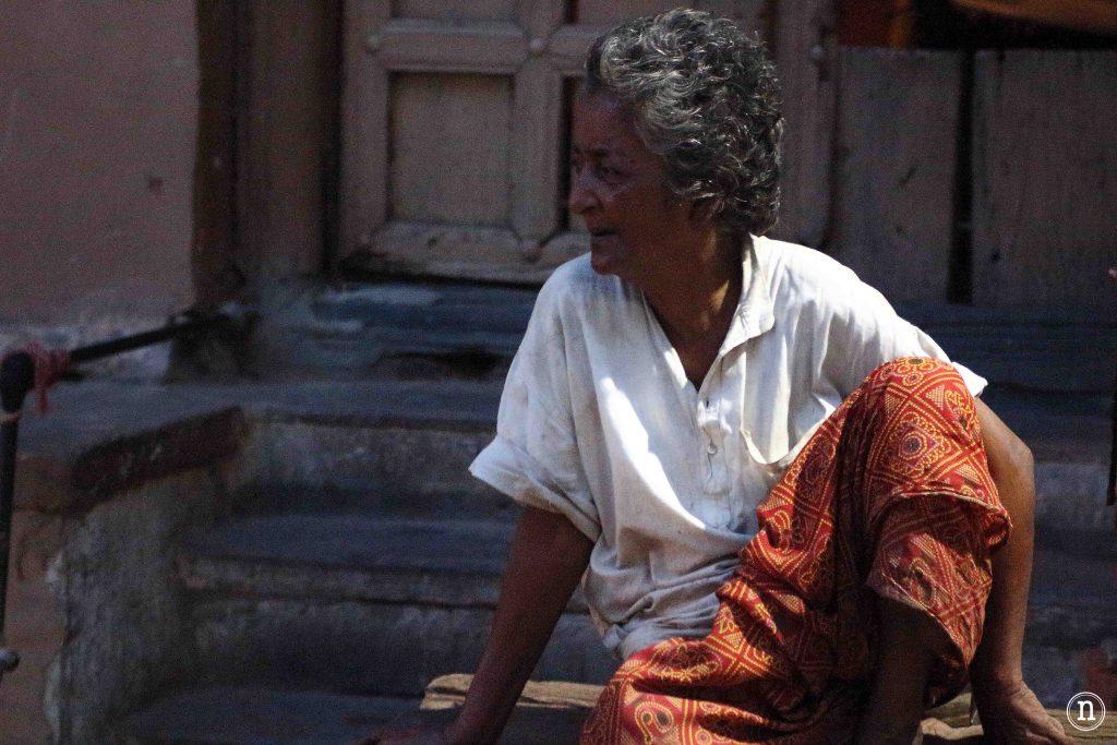 mujer en varanasi
