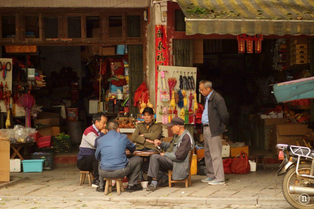 Chinos juegan una partida de cartas.