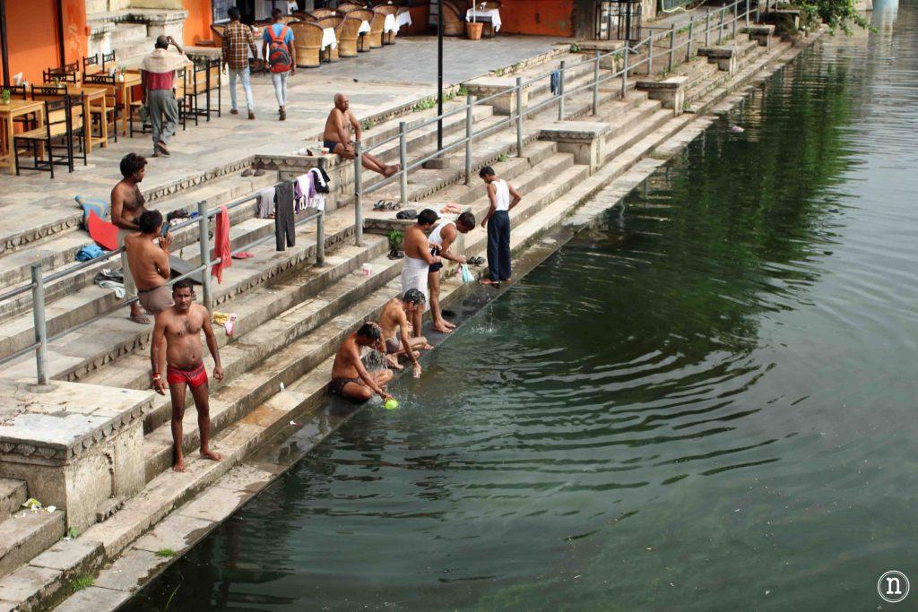 gente bañandose en el lago